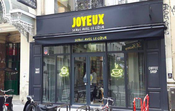 «Joyeux» le café qui emploie des personnes handicapées ouvre à Paris